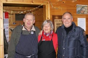 Renate und Jens Waltz (r.) verwöhnten die Gäste mit hausgemachter Gulaschsuppe, Rolf Lammert, 1. Vorsitzender des BTC, war begeistert