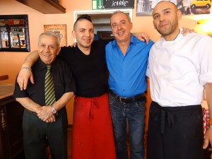 "Massimo mit einem Teil seines Restaurantteams (v.links) ""Opa""Parisi, Peppino, Massimo, Robi."